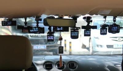 一,前挡风玻璃的中央   在道路汽车上我们最常见的行车记录仪